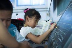 做家庭作业的学生 免版税库存图片