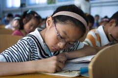 做家庭作业的学生 库存照片