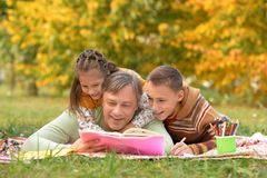做家庭作业的孩子和父亲 免版税库存图片