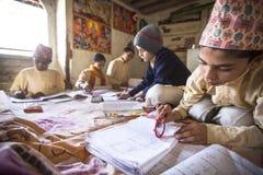 做家庭作业的孩子在Jagadguru学校 库存图片