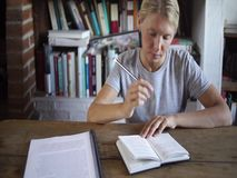 做家庭作业的愉快的女学生 股票录像