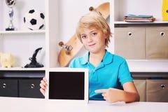 做家庭作业的白肤金发的男孩 库存照片