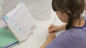做家庭作业的青少年的女孩坐在桌上 影视素材