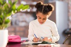 做家庭作业的非裔美国人的女小学生 库存图片