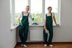 做家庭修理的两个同事 图库摄影