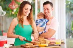 做家庭的母亲快餐在厨房里 图库摄影