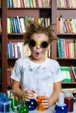 做对化学的逗人喜爱的男孩生化研究 库存图片