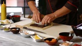 做寿司卷的男性手 影视素材