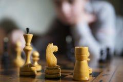 做将死的青少年的女孩下棋 免版税库存图片