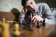 做将死的青少年的女孩下棋 免版税图库摄影