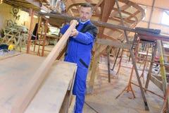 做工作的木匠在木匠业车间 免版税库存照片