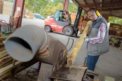 做工作的木匠在木匠业车间 图库摄影