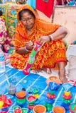 做工艺品项目的印地安妇女 免版税库存照片