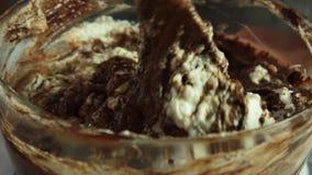 做巧克力沫丝淋的奶油与橙色果冻 影视素材