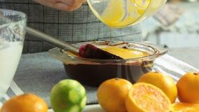做巧克力沫丝淋的奶油与橙色果冻 股票录像