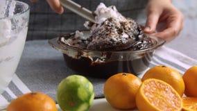 做巧克力沫丝淋的奶油与橙色果冻 股票视频