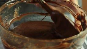 做巧克力沫丝淋的奶油用橙色果冻点心 影视素材