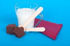 做巧克力牛奶 免版税库存照片