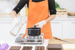 做巧克力的厨师 免版税库存图片
