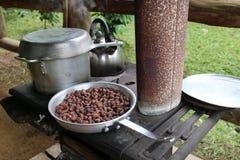 做巧克力的铁火炉由可可子 库存图片