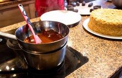 做巧克力结冰的过程在火炉 免版税库存照片
