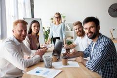 做巨大企业讨论的工友年轻队在现代coworking的办公室 配合人概念 免版税库存图片