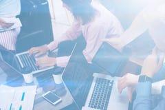 做巨大企业讨论的工友年轻队在现代coworking的办公室 配合人概念 水平 免版税库存照片