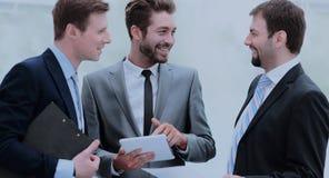 做巨大会议讨论的工友成功的队  免版税库存图片