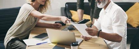 做巨大工作讨论的工友年轻队在现代办公室 有胡子的人谈话与行销经理和 库存照片
