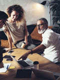做巨大工作讨论的工友队在现代办公室 年轻企业配合概念 有胡子的人谈话与 库存图片