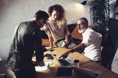 做巨大工作讨论的工友队在现代办公室 大厦企业概念建筑组难题配合 有胡子的人谈话与 库存照片