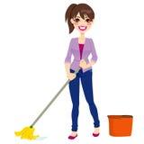 妇女清洁地板 免版税库存照片