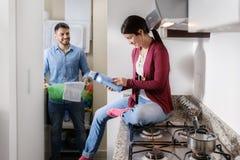 做差事的男人和妇女洗涤衣裳 免版税图库摄影