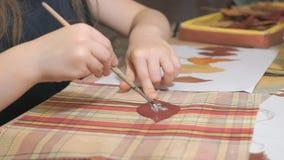 做干燥标本集的小女孩由叶子 股票视频