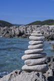 做平衡的伊维萨岛石头 库存图片