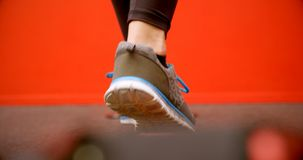 做平衡的锻炼的妇女在健身演播室4k 股票录像