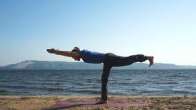 做平衡锻炼的人在海滩 股票视频