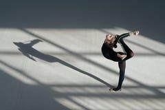 做平衡绳尾绳的女孩 节奏性的体操 免版税库存图片