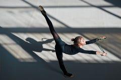 做平衡绳尾绳的女孩 节奏性的体操 库存图片
