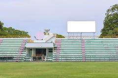 做广告的空的白色数字式广告牌屏幕在体育st 免版税库存照片