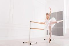 做引伸锻炼的优美的芭蕾舞女演员 免版税库存图片