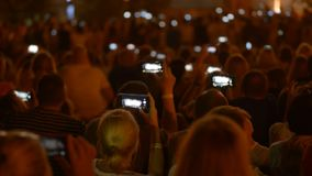 做录影和照片的人群的人们烟花在他们的智能手机 股票录像