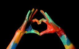做心脏形状的五颜六色的被绘的手爱概念 库存图片