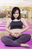 做心脏标志的孕妇 免版税库存图片