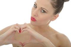 做心脏的可爱的少妇签字或塑造与她的韩 图库摄影