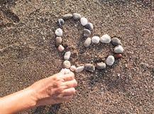 做心脏的妇女海洋木瓦 图库摄影