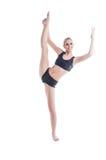 做快乐的年轻的金发碧眼的女人舒展锻炼 免版税库存图片