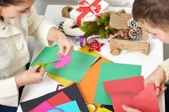 做情人节、顶视图-浪漫和爱概念的年轻夫妇origami装饰 库存图片
