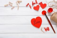 做情人节diy手工制造的心脏,在木头的顶视图 库存图片