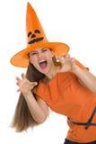 做惊吓的万圣节帽子的妇女姿势 库存照片